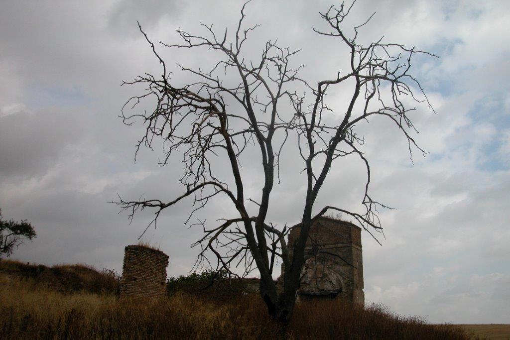Ruinas del Convento San Juan de Morañina en tinieblas